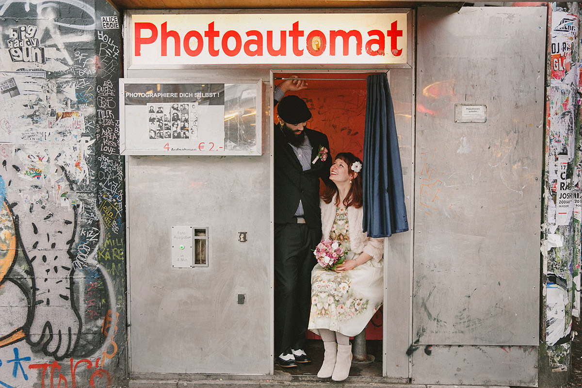 Hochzeitsfotografie von Brautpaar aufgenommen im Photoautomat bei Winterhochzeit in Berlin © Hochzeit Berlin www.hochzeitslicht.de