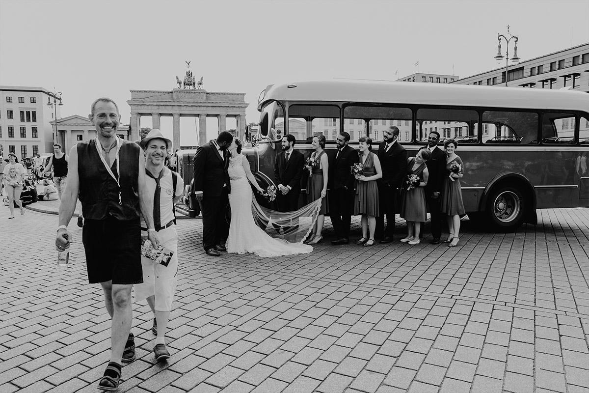 Gruppenfoto vor dem Brandenburger Tor - Hotel de Rome Berlin Hochzeitsfotograf © www.hochzeitslicht.de