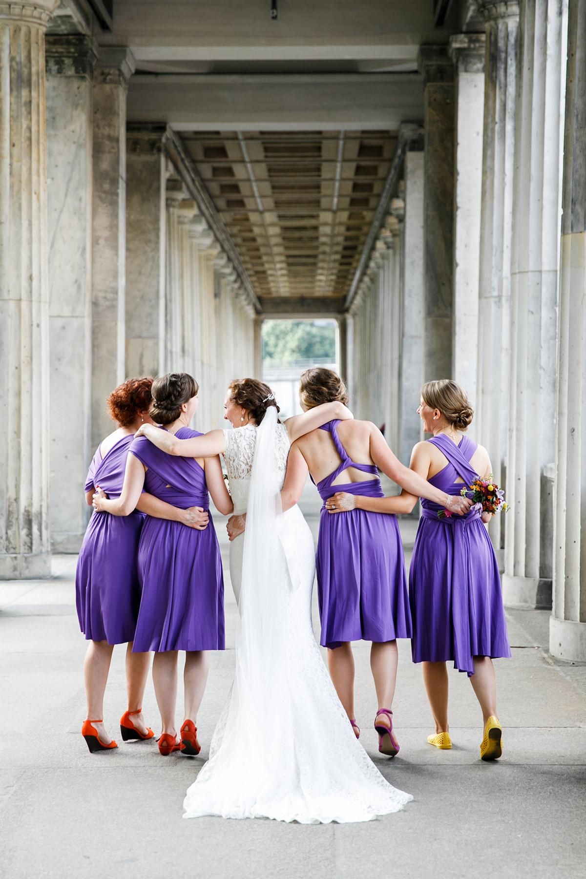 ausgelassenes Gruppenfoto von Braut mit Brautjungfern - Hotel de Rome Berlin Hochzeitsfotograf © www.hochzeitslicht.de