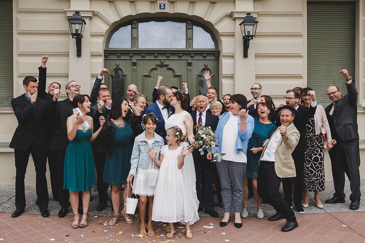 fröhliches Gruppenfoto vor Standesamt Werneuchen während Bohemian Hochzeit bei Berlin © Hochzeitsfotograf Berlin www.hochzeitslicht.de