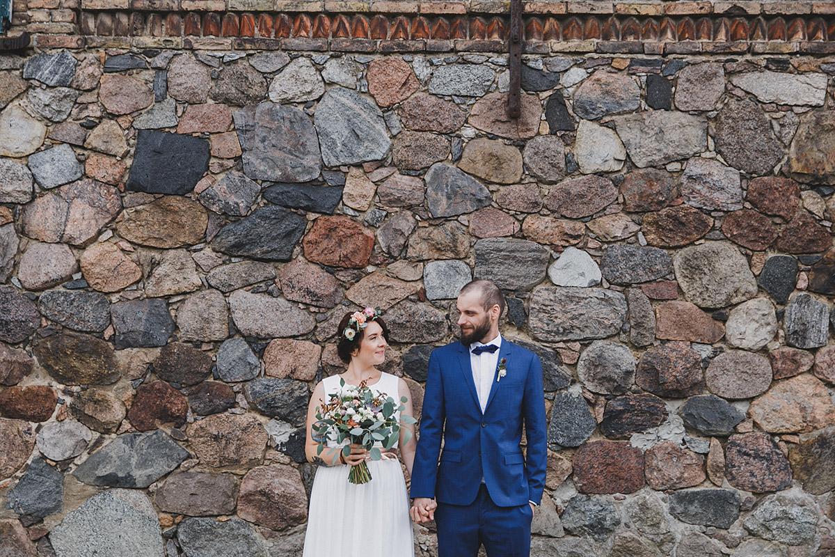 Brautpaarfoto vor Feldsteinmauer bei Bohemian-Hochzeit bei Berlin © Hochzeitsfotograf Berlin www.hochzeitslicht.de