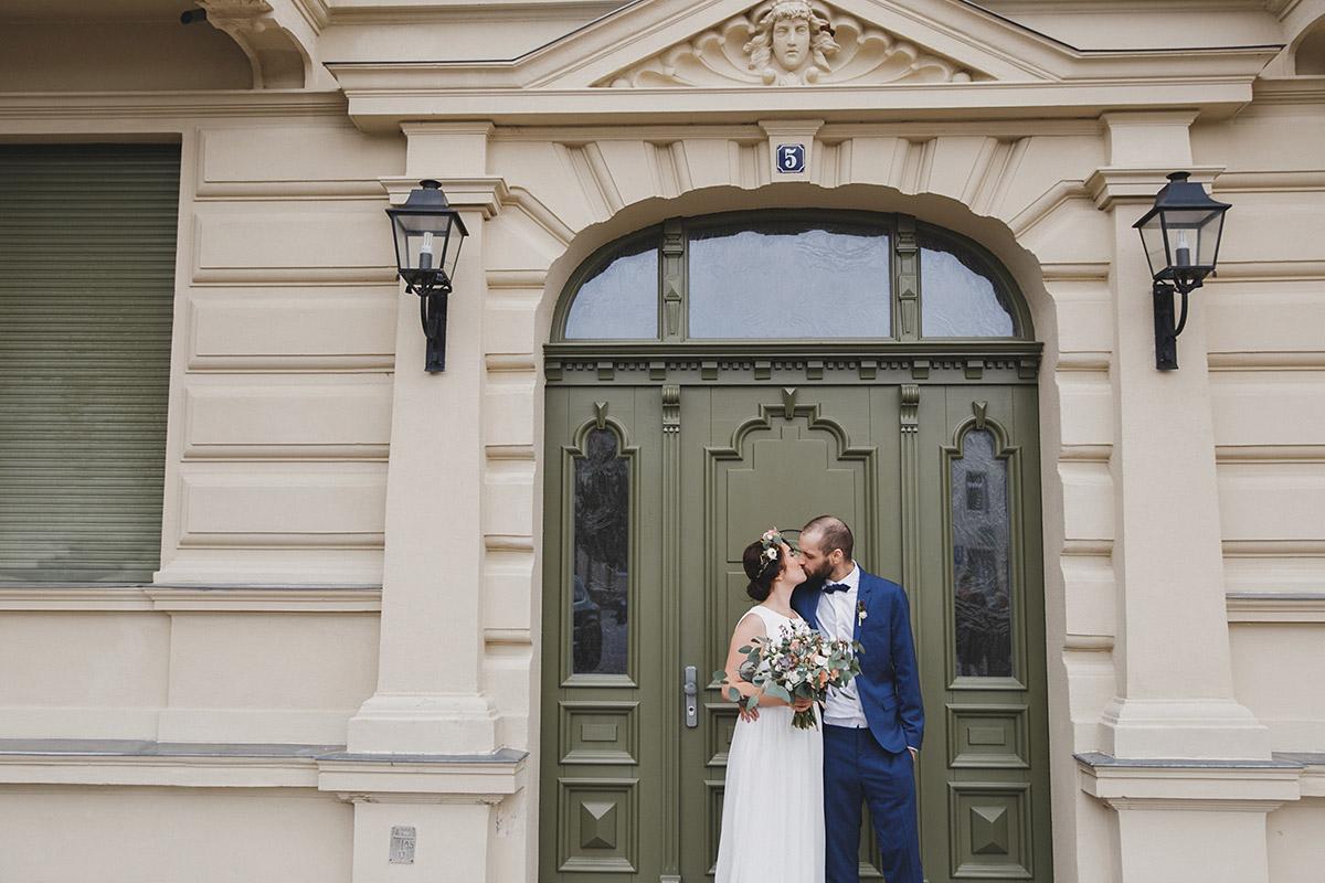 Brautpaarfoto vor Standesamt Werneuchen bei Boho-Hochzeit Brandenburg © Hochzeitsfotograf Berlin www.hochzeitslicht.de