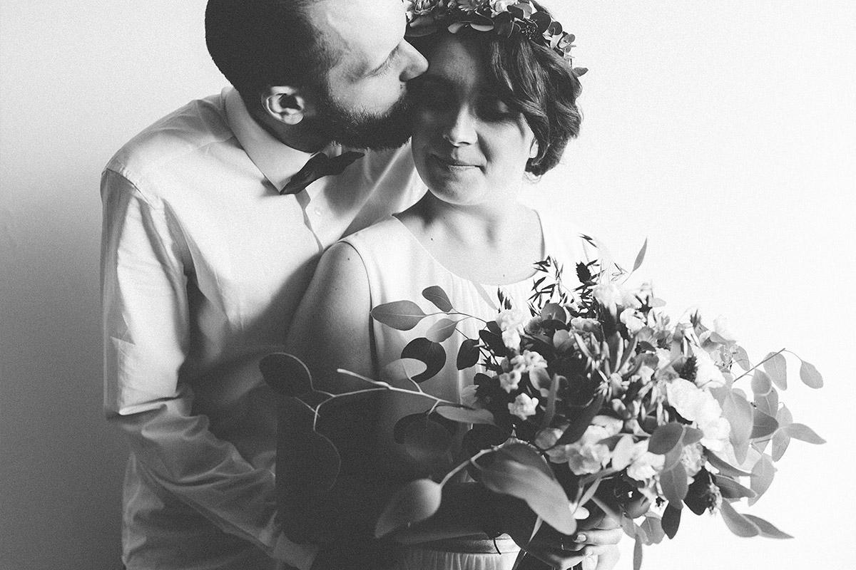 schwarz-weiß Hochzeitsfoto von Brautpaar mit Brautstrauß aus Eukalyptus und Sukkulenten bei Boho-Landhochzeit bei Berlin © Hochzeitsfotograf Berlin www.hochzeitslicht.de