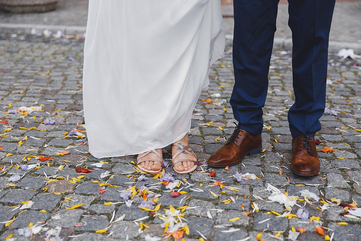kreatives Brautpaarfoto bei Hippie-Hochzeit vor Standesamt Werneuchen bei Berlin © Hochzeitsfotograf Berlin www.hochzeitslicht.de