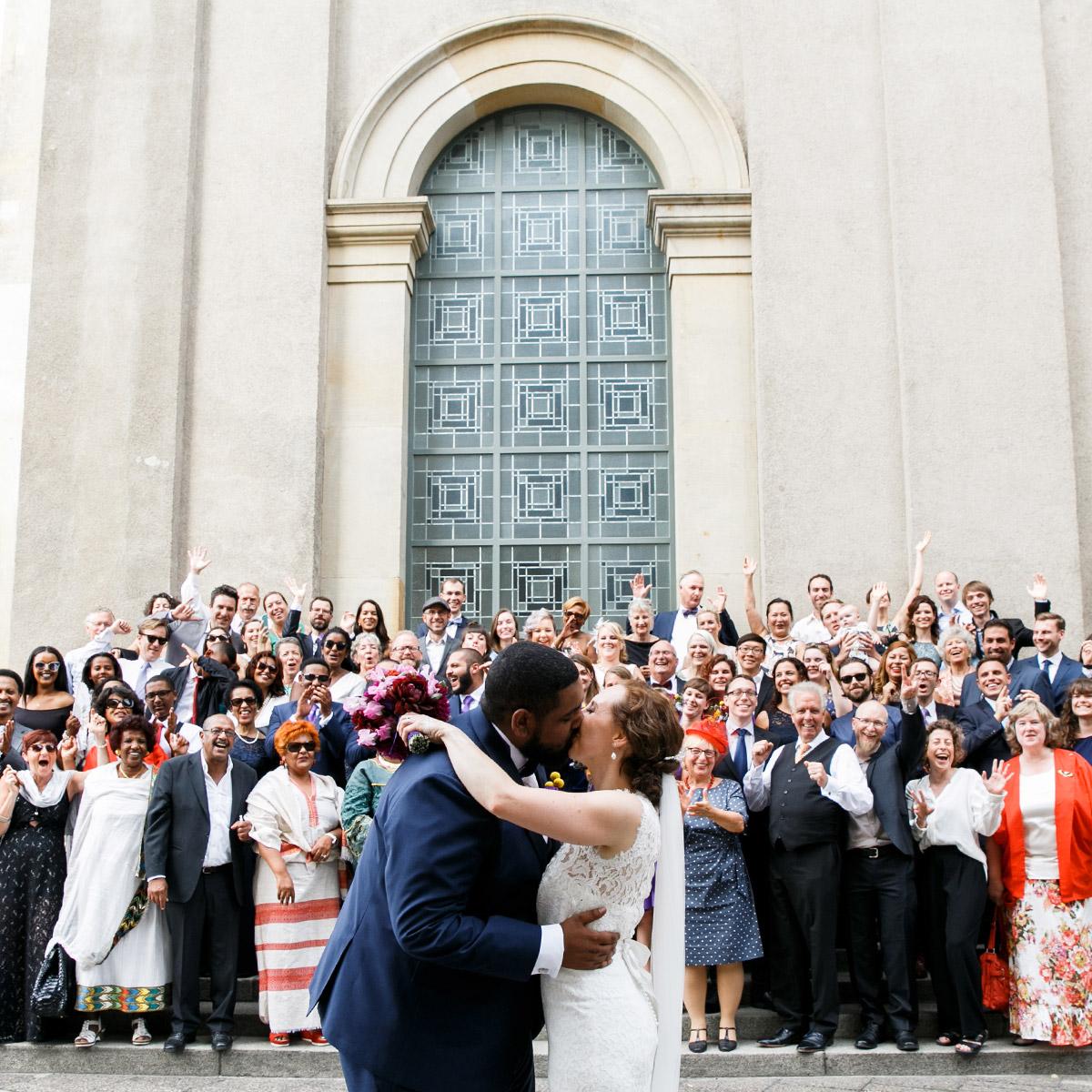 Gruppenfoto bei internationaler Berlin-Hochzeit - Hotel de Rome Berlin Hochzeitsfotograf © www.hochzeitslicht.de