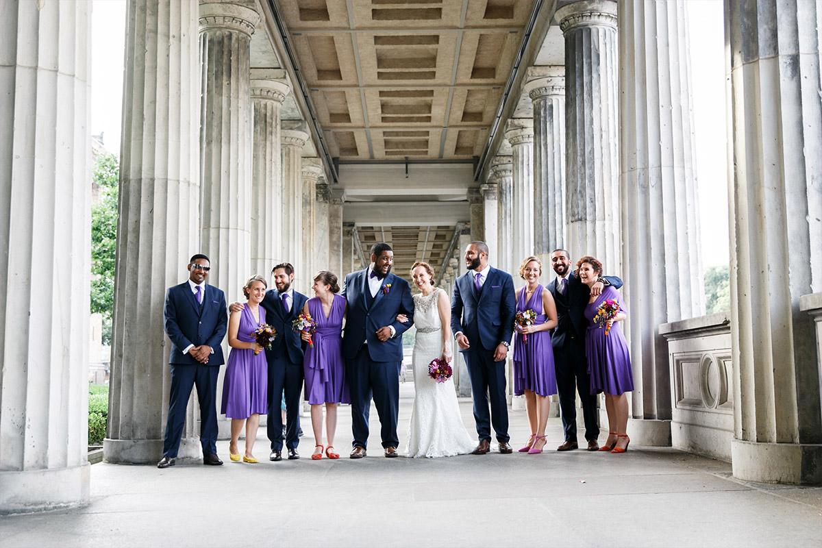 fröhliches Gruppenfoto von Brautpaar mit Trauzeugen - Hotel de Rome Berlin Hochzeitsfotograf © www.hochzeitslicht.de