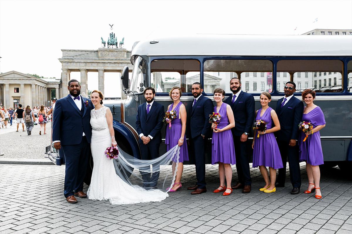 Brautpaar mit Trauzeugen vor Brandenburger Tor - Hotel de Rome Berlin Hochzeitsfotograf © www.hochzeitslicht.de
