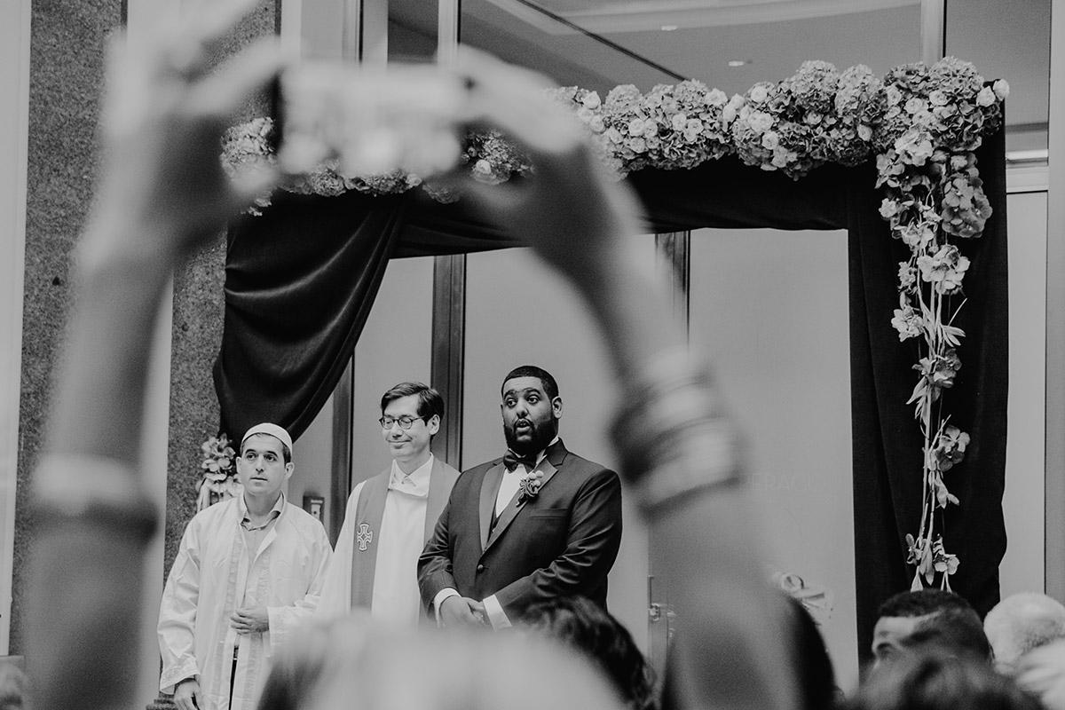 Hochzeitsreportagefoto Reaktion Bräutigam auf Einzug der Braut - Hotel de Rome Berlin Hochzeitsfotograf © www.hochzeitslicht.de