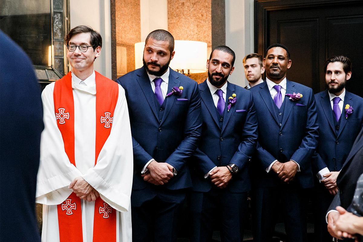 Hochzeitsreportagefoto von Best Men bei Trauung - Hotel de Rome Berlin Hochzeitsfotograf © www.hochzeitslicht.de