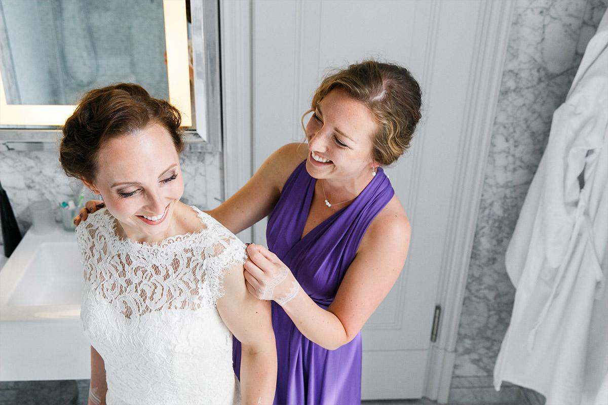Ankleiden der Braut bei Berlin-Mitte Hochzeit - Hotel de Rome Berlin Hochzeitsfotograf © www.hochzeitslicht.de