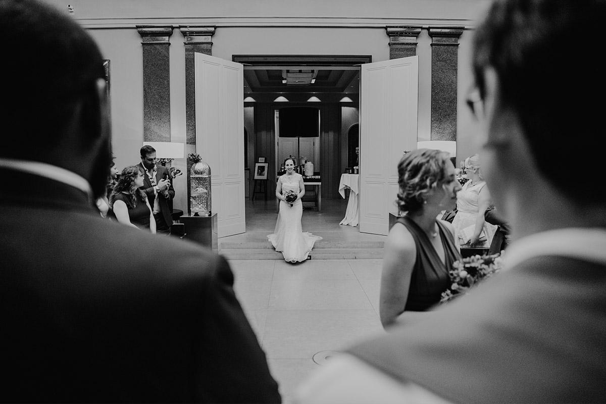Hochzeitsfoto vom Einzug der Braut - Hotel de Rome Berlin Hochzeitsfotograf © www.hochzeitslicht.de