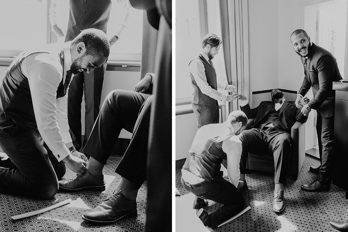 lustige Hochzeitsreportage-Fotos vom Ankleiden des Bräutigams bei Hochzeit im Hotel de Rome Berlin-Mitte - Hotel de Rome Berlin Hochzeitsfotograf © www.hochzeitslicht.de