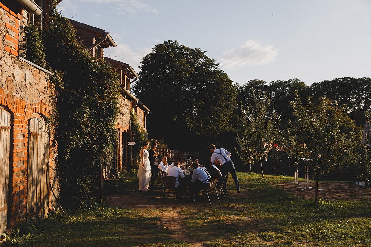 Hochzeitsreportagefoto von Hochzeitsfeier vor Scheune im Abendlicht in Ferienscheune Barnimer Feldmark Brandenburg © Hochzeitsfotograf Berlin www.hochzeitslicht.de