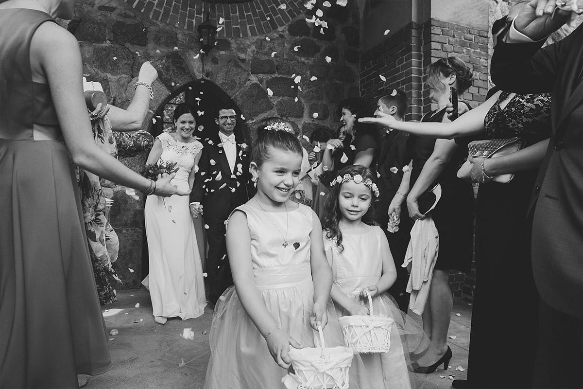 Hochzeitsfoto von Auszug des Brautpaars aus Feldsteinkirche Schloss Liebenberg bei Hochzeit auf Schloss und Gut Liebenberg © Hochzeitsfotograf Berlin www.hochzeitslicht.de