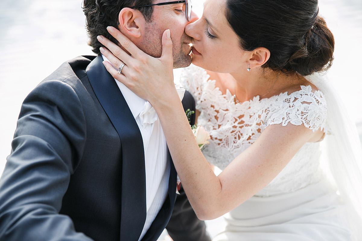 Hochzeitsfotografie von küssendem Brautpaar bei Hochzeit auf Schloss Liebenberg © Hochzeitsfotograf Berlin www.hochzeitslicht.de