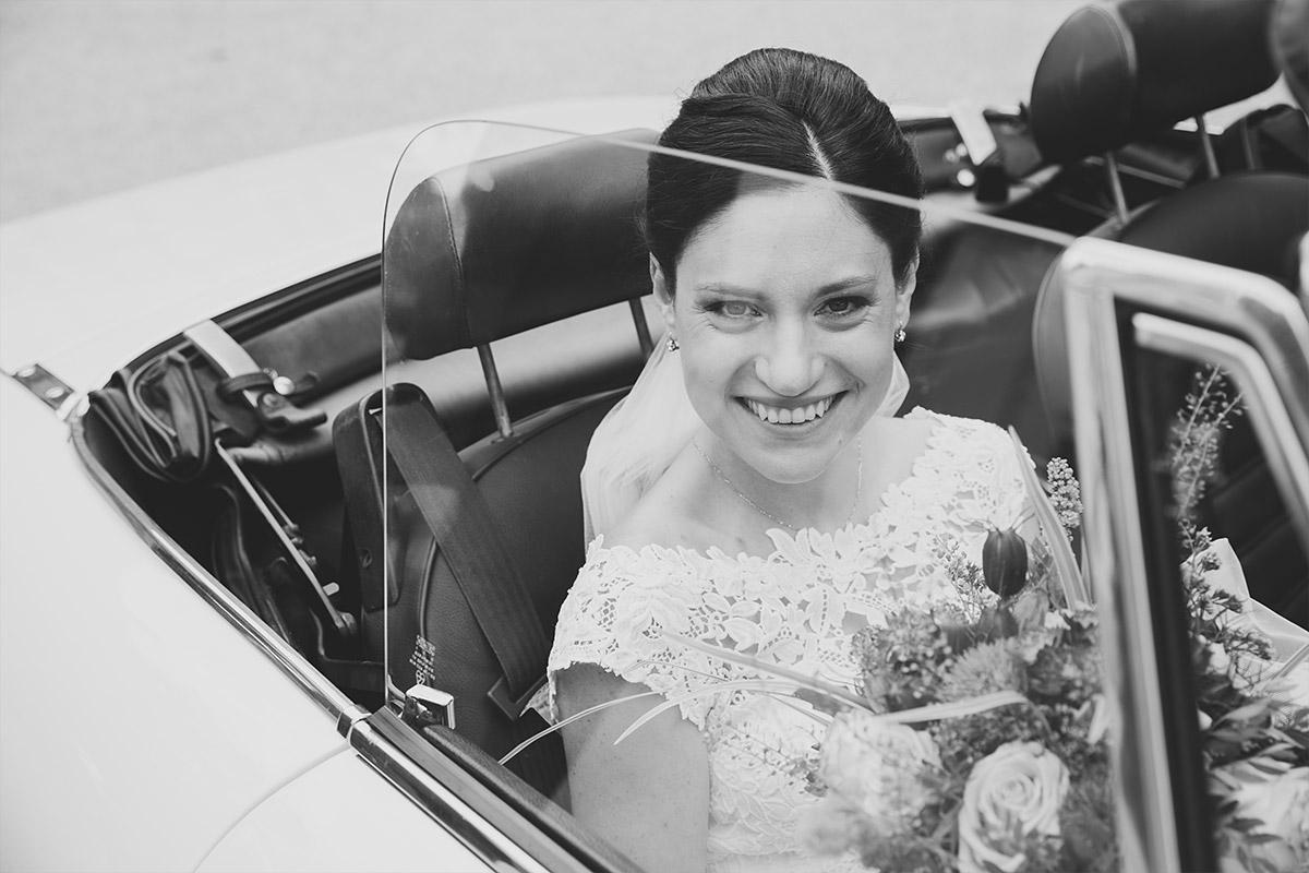 Hochzeitsfoto von Braut in Hochzeits-Cabrio bei Schloss Liebenberg Hochzeit © Hochzeitsfotograf Berlin www.hochzeitslicht.de