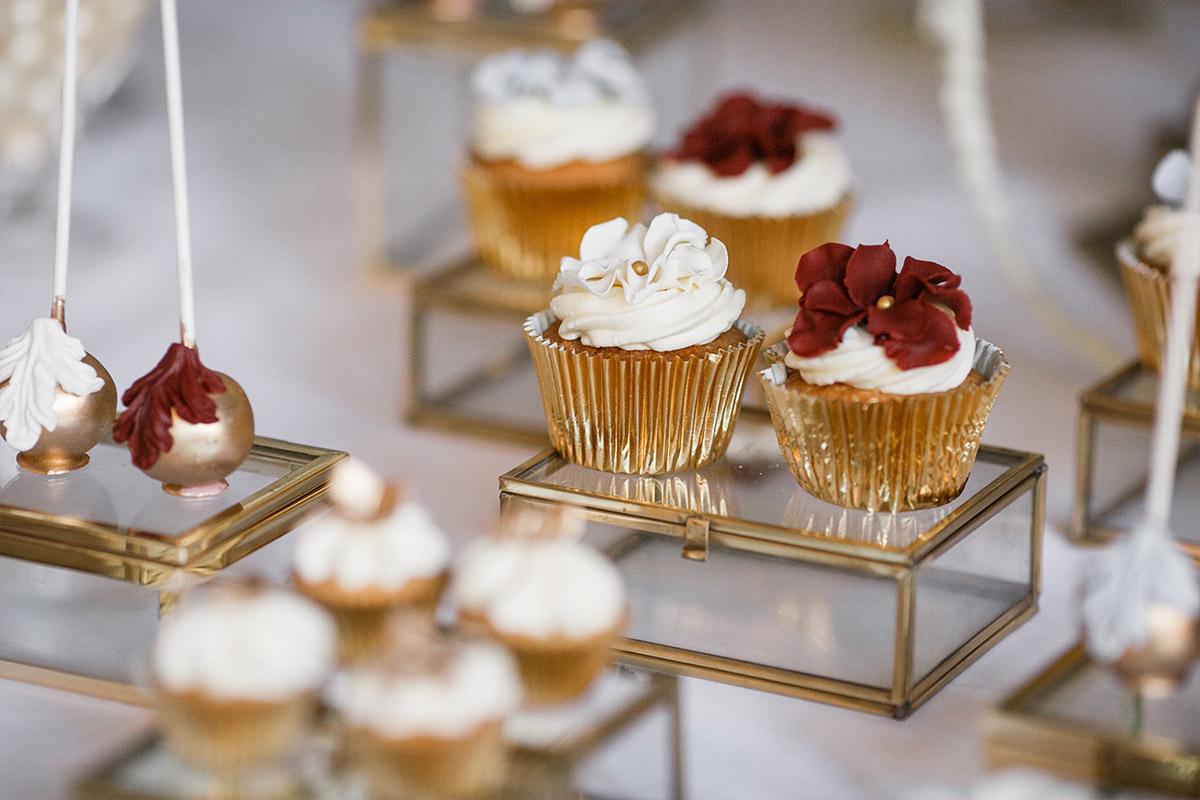 Detail-Foto von Candybar mit Gebäck, Cupcakes, Cakepops und Kuchen bei Schlosshotel Berlin Hochzeit im Grunewald © Hochzeit Berlin www.hochzeitslicht.de
