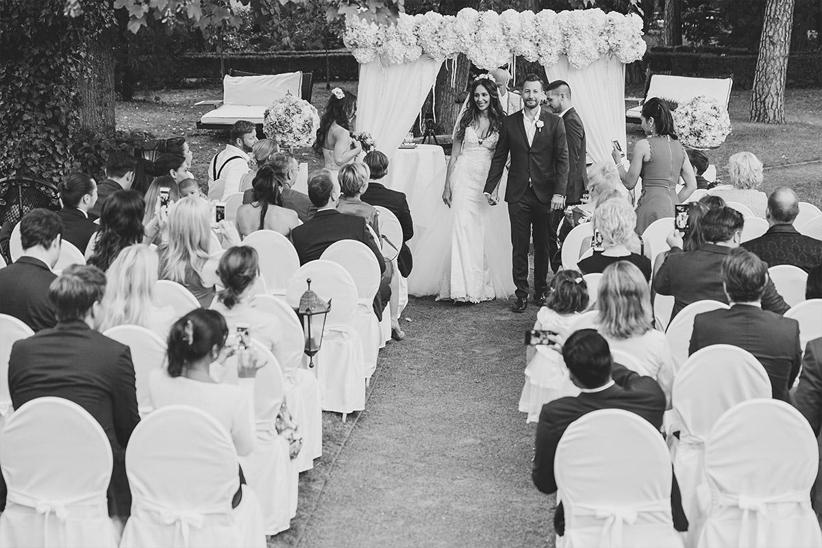 Hochzeitsreportage-Foto von Auszug des Brautpaares nach Trauung im Garten von Schlosshotel Grunewald © Hochzeit Berlin www.hochzeitslicht.de