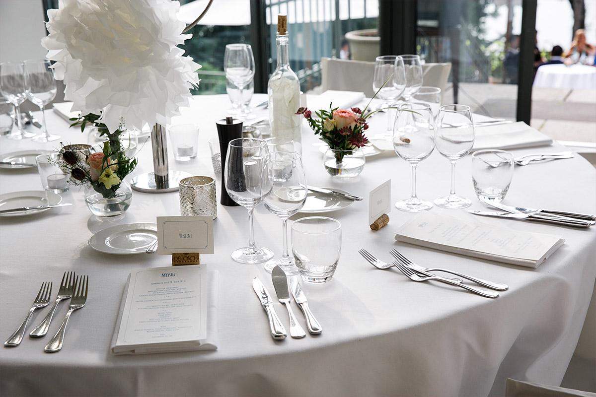 elegante Tischdekoration bei Hochzeit im Seehaus Schloss und Gut Liebenberg © Hochzeitsfotograf Berlin www.hochzeitslicht.de