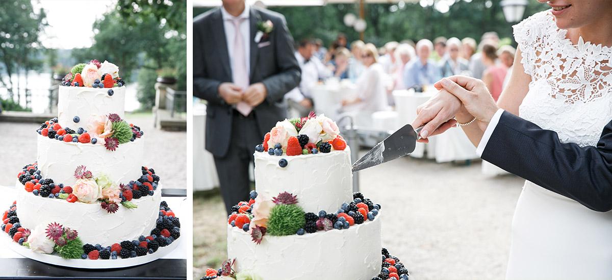 Hochzeitsfotos vom Anschneiden der Hochzeitstorte bei Hochzeit im Seehaus von Schloss und Gut Liebenberg © Hochzeitsfotograf Berlin www.hochzeitslicht.de