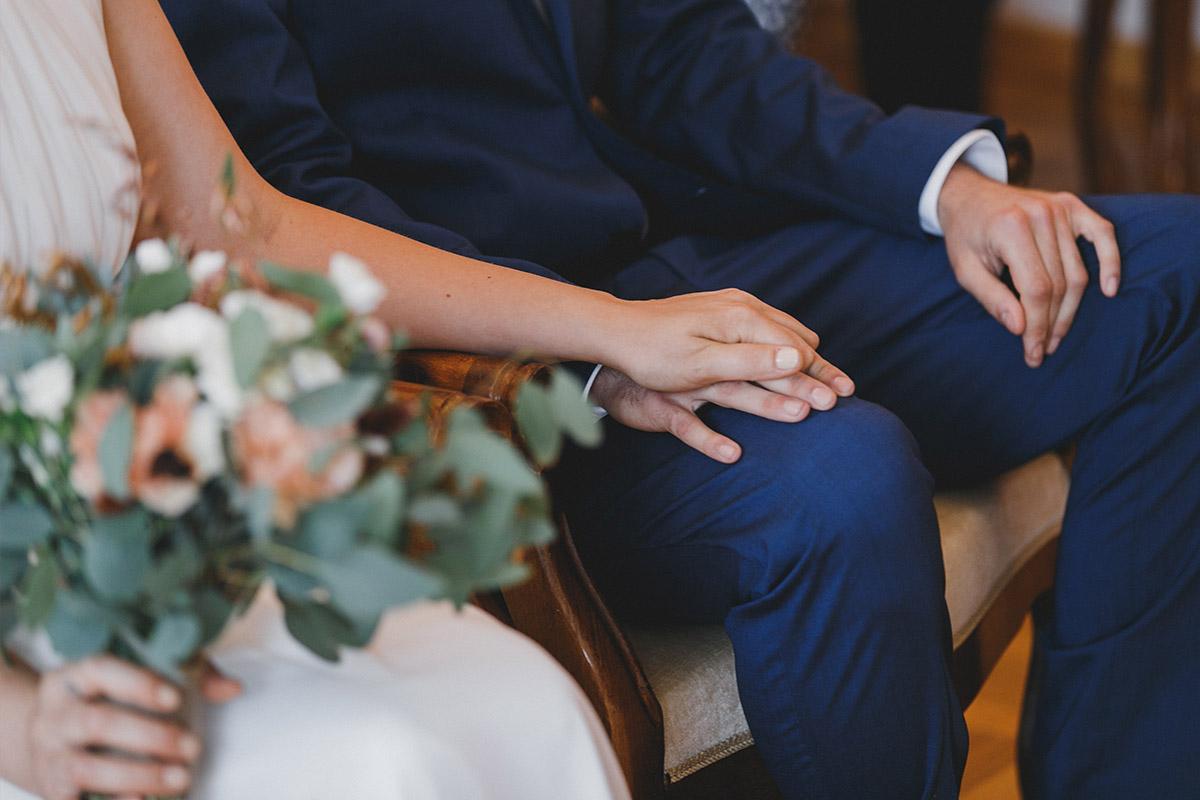 Detail-Hochzeitsfoto von Händen des Brautpaares bei standesamtlicher Hochzeit im Standesamt Werneuchen bei Berlin © Hochzeitsfotograf Berlin www.hochzeitslicht.de