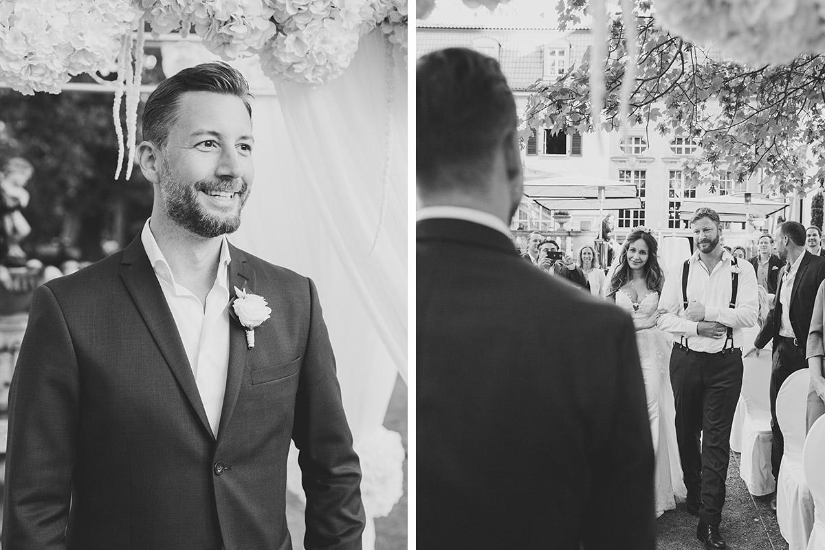 Hochzeitsfotos von wartendem Bräutigam und Einzug der Braut aufgenommen von Hochzeitsfotograf bei Schlosshotel Grunewald Hochzeit Berlin © Hochzeit Berlin www.hochzeitslicht.de
