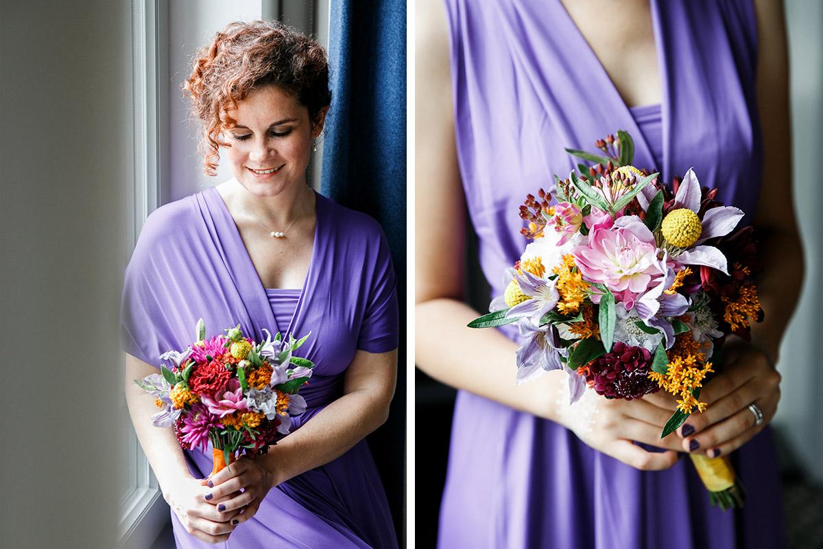 Hochzeitsreportagefoto von Brautjungfer mit Blumenstrauß in satten Herbstfarben - Hotel de Rome Berlin Hochzeitsfotograf © www.hochzeitslicht.de