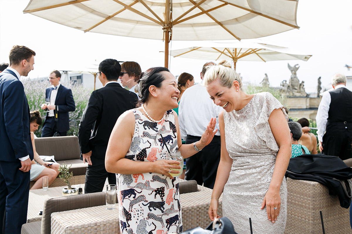 fröhliche Gäste bei internationaler Hochzeit Berlin-Mitte - Hotel de Rome Berlin Hochzeitsfotograf © www.hochzeitslicht.de