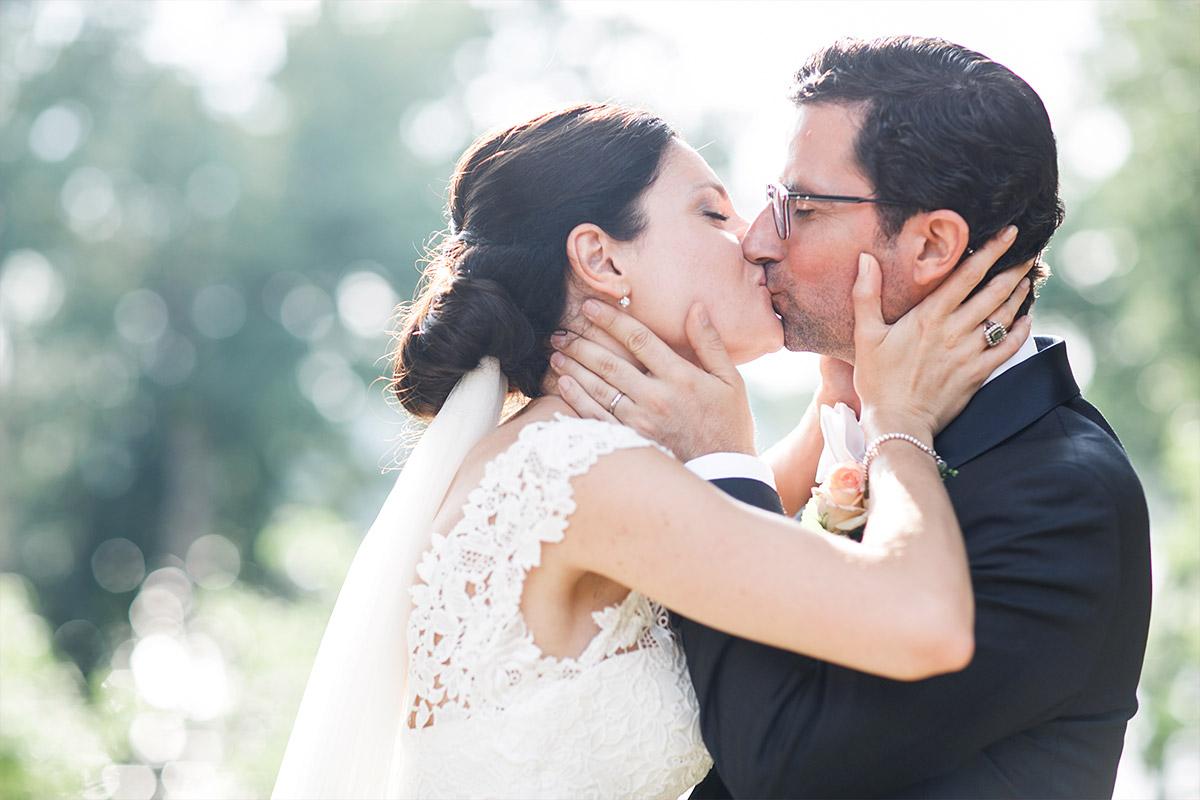 Hochzeitsfoto von küssendem Brautpaar aufgenommen von Hochzeitsfotograf bei Hochzeit im Seehaus von Schloss und Gut Liebenberg © Hochzeitsfotograf Berlin www.hochzeitslicht.de