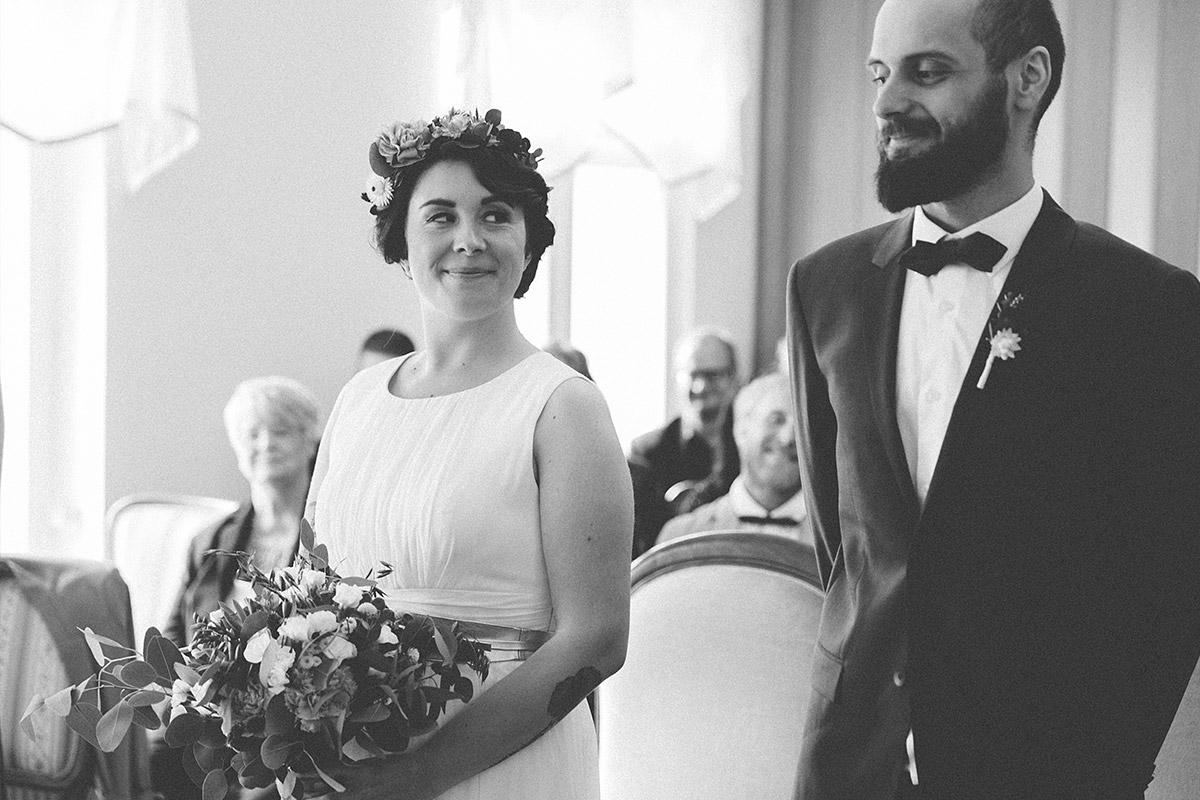 Hochzeitsreportagefoto von Braut und Bräutigam während standesamtlicher Hochzeit im Standesamt Werneuchen bei Berlin © Hochzeitsfotograf Berlin www.hochzeitslicht.de