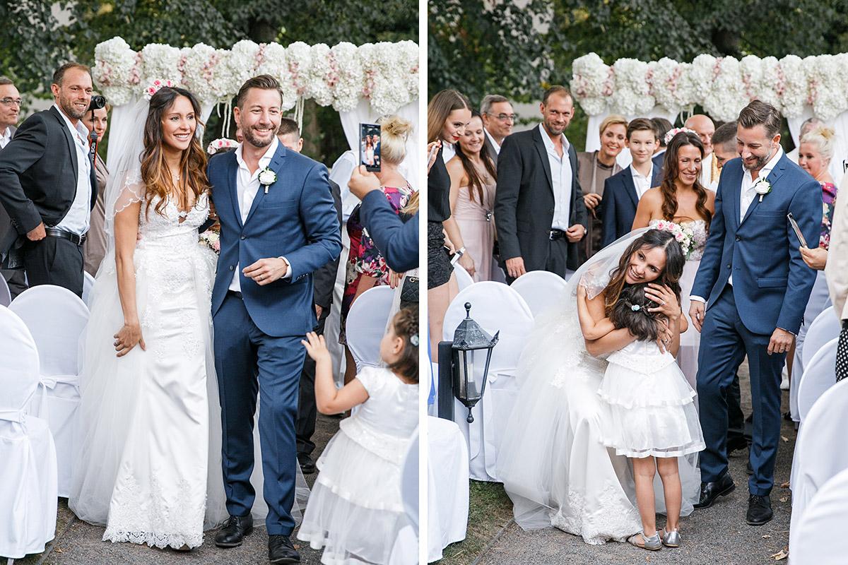 Hochzeitsreportagefotos von Gratulation der Gäste nach Trauung im Schlosshotel Grunewald © Hochzeit Berlin www.hochzeitslicht.de