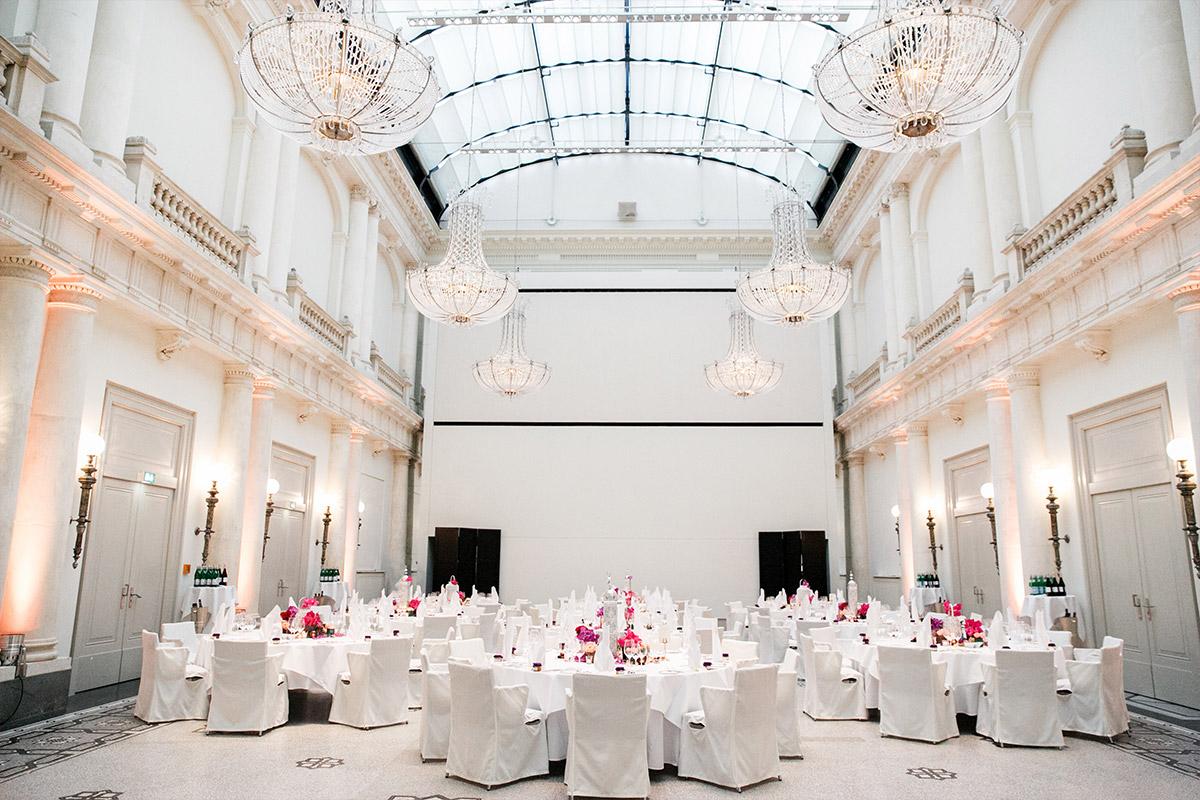 geschmückter Festsaal im Hotel de Rome - Hotel de Rome Berlin Hochzeitsfotograf © www.hochzeitslicht.de
