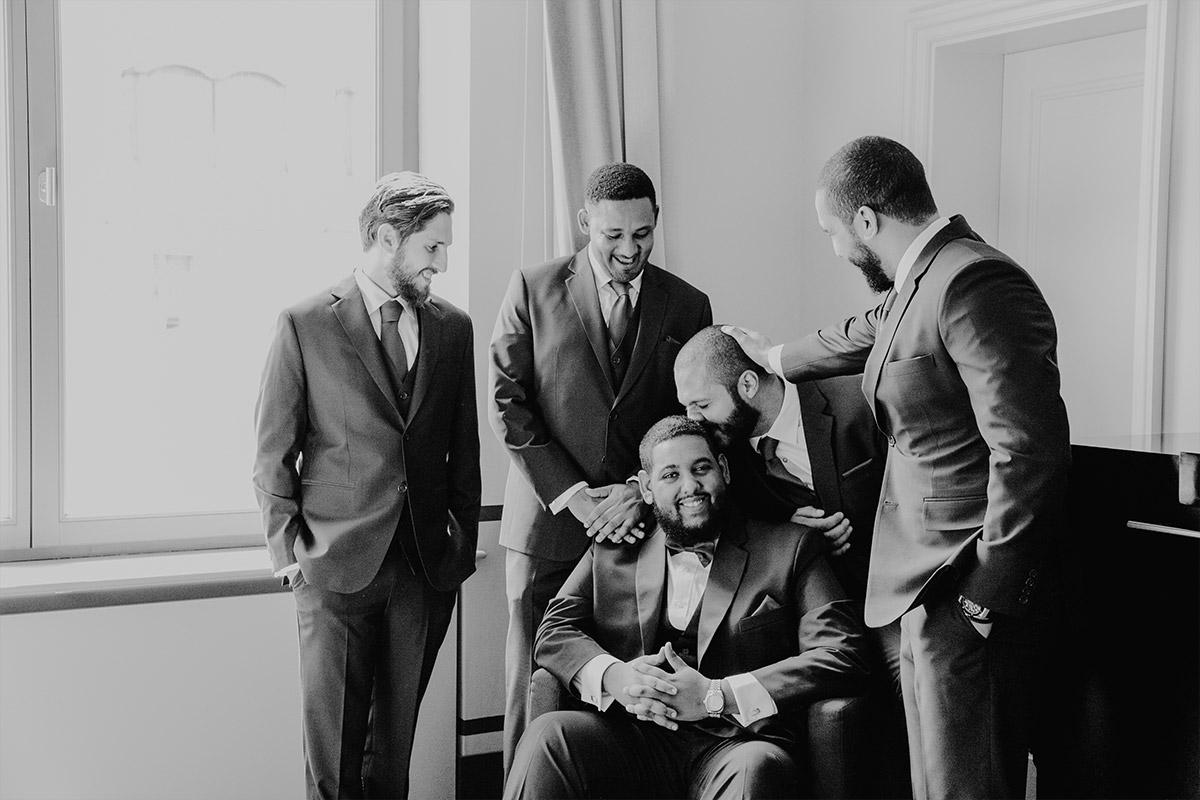entspanntes Gruppenfoto von Bräutigam mit Best Men - Hotel de Rome Berlin Hochzeitsfotograf © www.hochzeitslicht.de