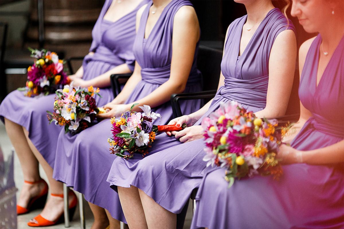 Hochzeitsfoto von Brautjungfern bei Trauung - Hotel de Rome Berlin Hochzeitsfotograf © www.hochzeitslicht.de