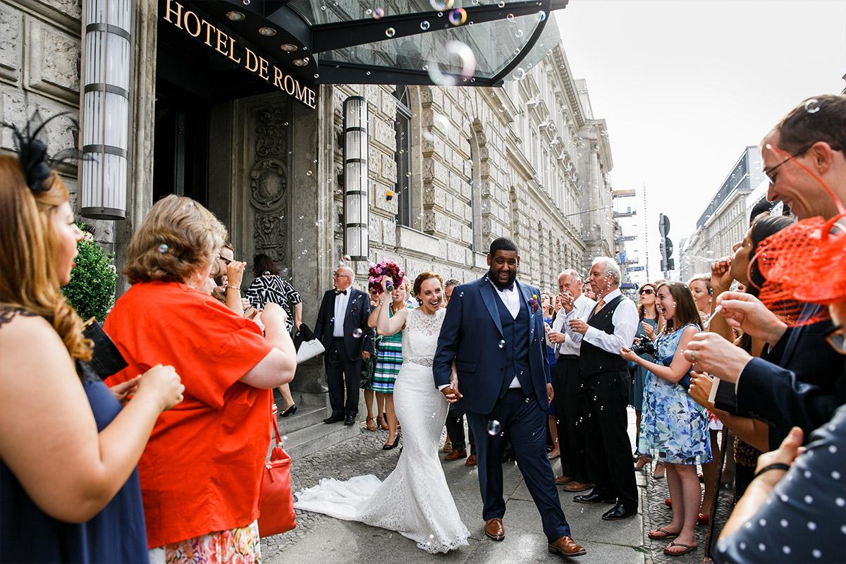 Hochzeitsfoto vom Auszug des Brautpaares bei Hotel de Rome Berlin Hochzeit - Hotel de Rome Berlin Hochzeitsfotograf © www.hochzeitslicht.de