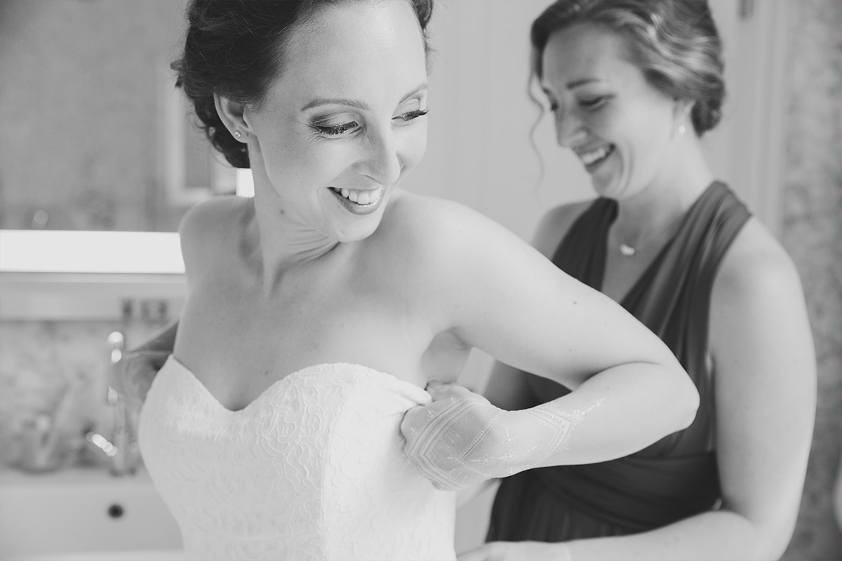 Hochzeitsfoto vom Ankleiden der Braut aufgenommen im Hotel de Rome ...