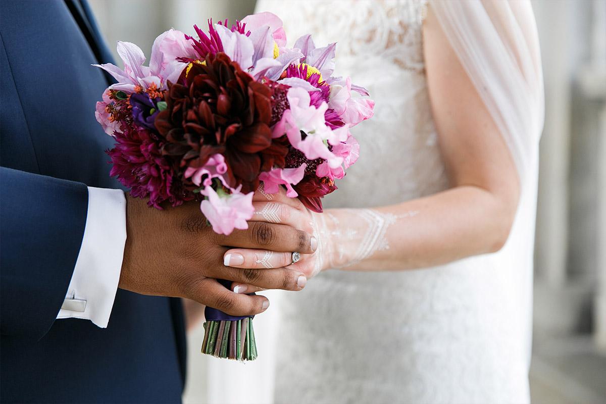 moderne Hochzeitsfotografie von Brautpaar mit Brautstrauß bei Hotel de Rome Hochzeit Berlin - Hotel de Rome Berlin Hochzeitsfotograf © www.hochzeitslicht.de