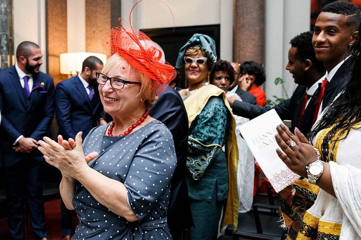 Hochzeitsgäste bei internationaler Hochzeit - Hotel de Rome Berlin Hochzeitsfotograf © www.hochzeitslicht.de
