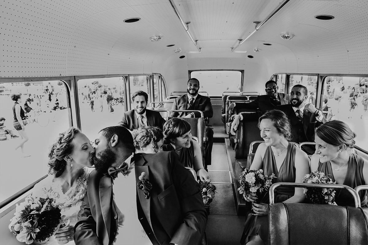 Hochzeitsreportagefoto von Brautpaar mit Trauzeugen auf Bus-Tour durch Berlin - Hotel de Rome Berlin Hochzeitsfotograf © www.hochzeitslicht.de