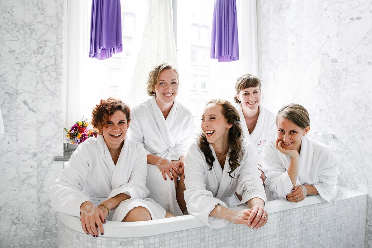 Braut mit Brautjungfern beim Getting Ready - Hotel de Rome Berlin Hochzeitsfotograf © www.hochzeitslicht.de