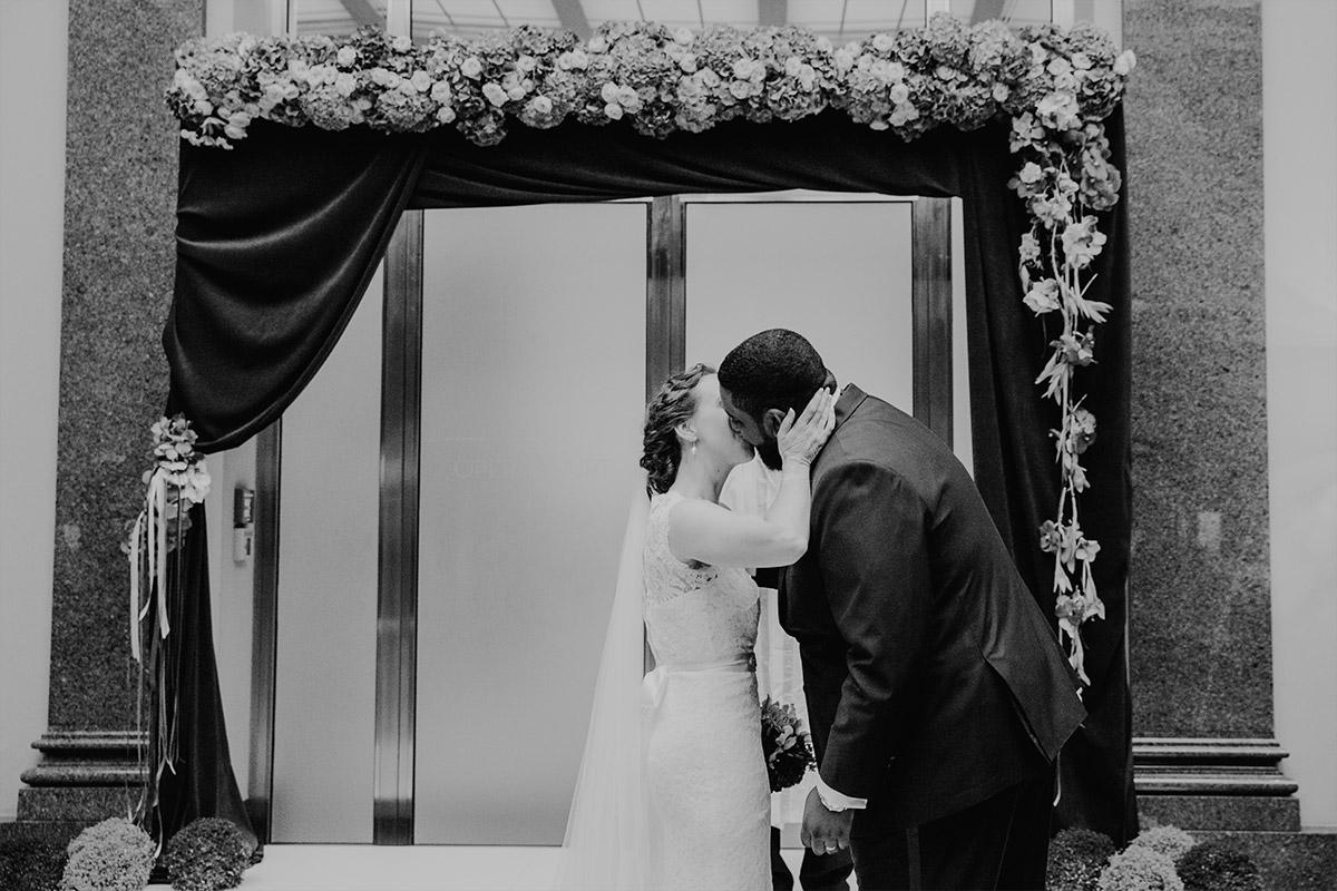 Kuss bei Trauung bei Berlin-Mitte-Hochzeit - Hotel de Rome Berlin Hochzeitsfotograf © www.hochzeitslicht.de