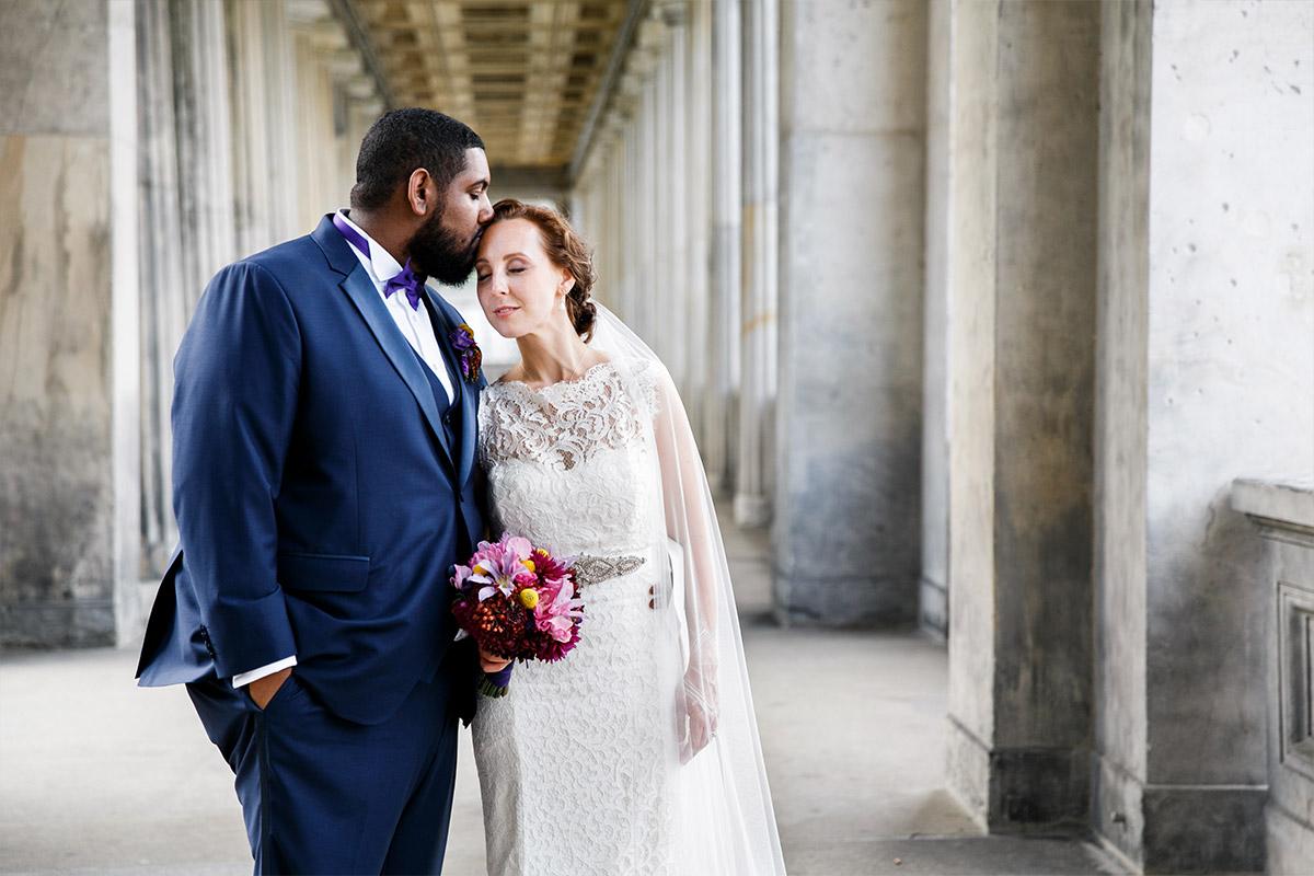 romantisches Brautpaarfoto in Berlin-Mitte - Hotel de Rome Berlin Hochzeitsfotograf © www.hochzeitslicht.de