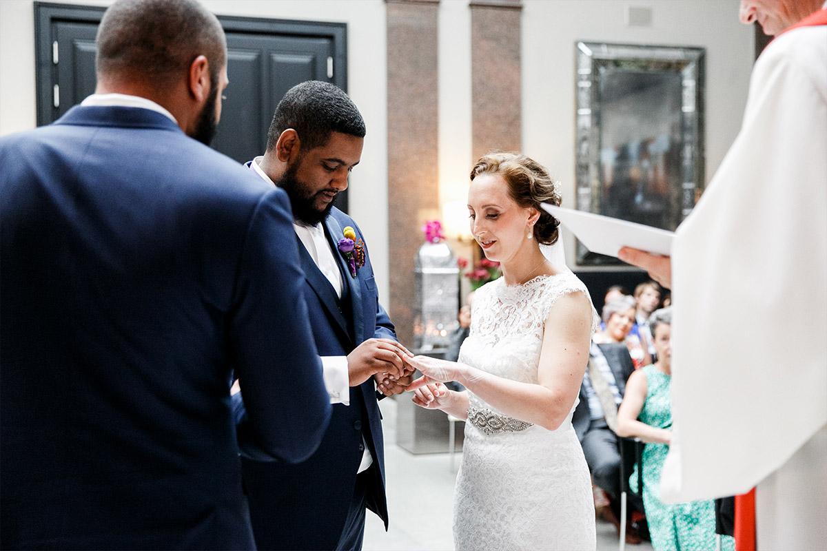 Hochzeitsfotografie von Ring-Tausch aufgenommen bei Trauung im Hotel de Rome Berlin-Mitte - Hotel de Rome Berlin Hochzeitsfotograf © www.hochzeitslicht.de