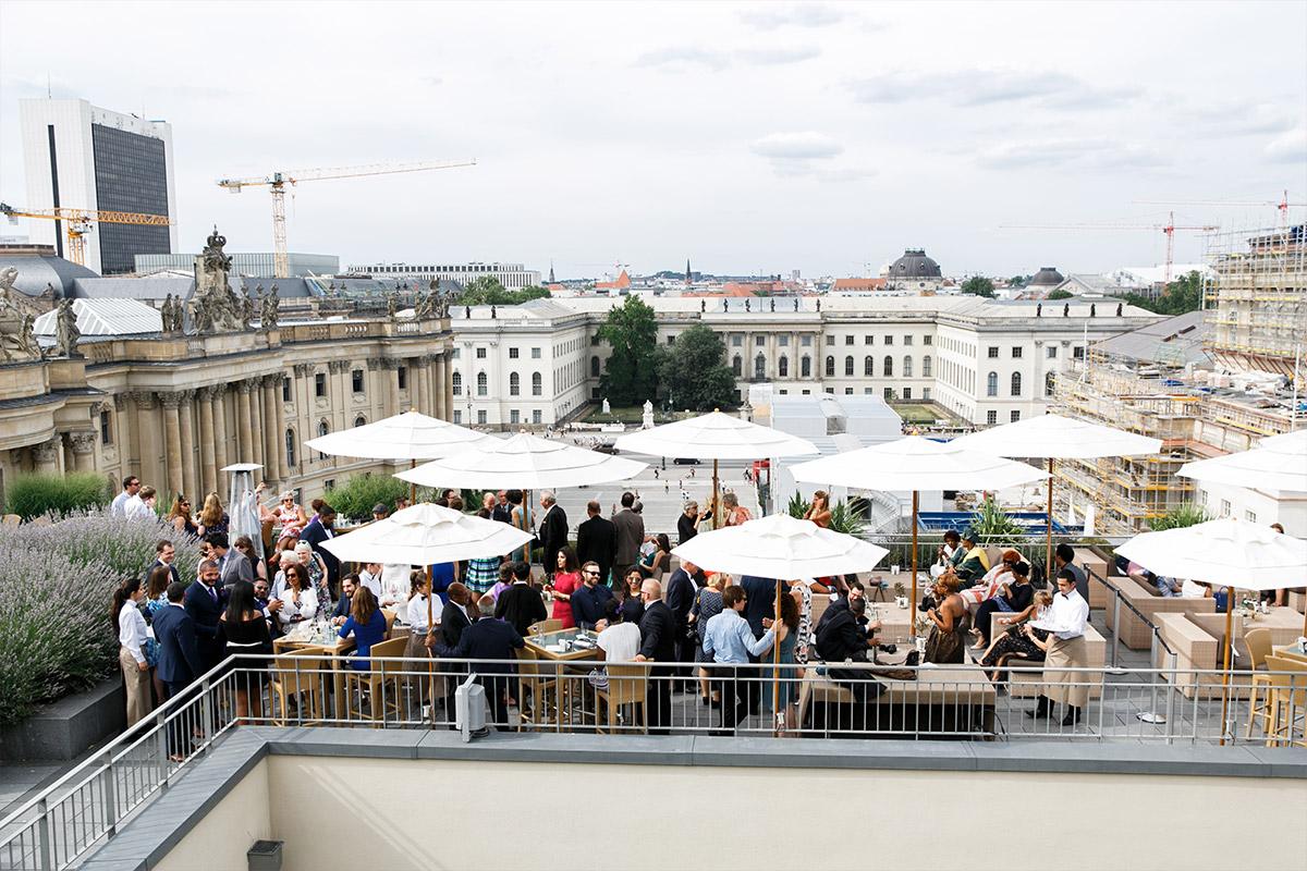 Hochzeitsfeier auf Dachterrasse Hotel de Rome - Hotel de Rome Berlin Hochzeitsfotograf © www.hochzeitslicht.de