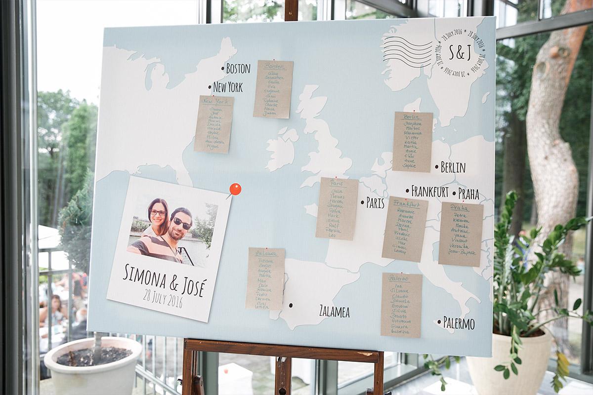 Sitzplan mit Landkarte bei internationaler Hochzeit im Schloss und Gut Liebenberg © Hochzeitsfotograf Berlin www.hochzeitslicht.de