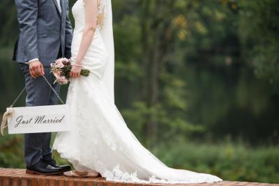 modernes Brautpaarfoto mit Just-Married-Schild bei Landgut Stober Hochzeit © Hochzeitsfotograf Berlin www.hochzeitslicht.de