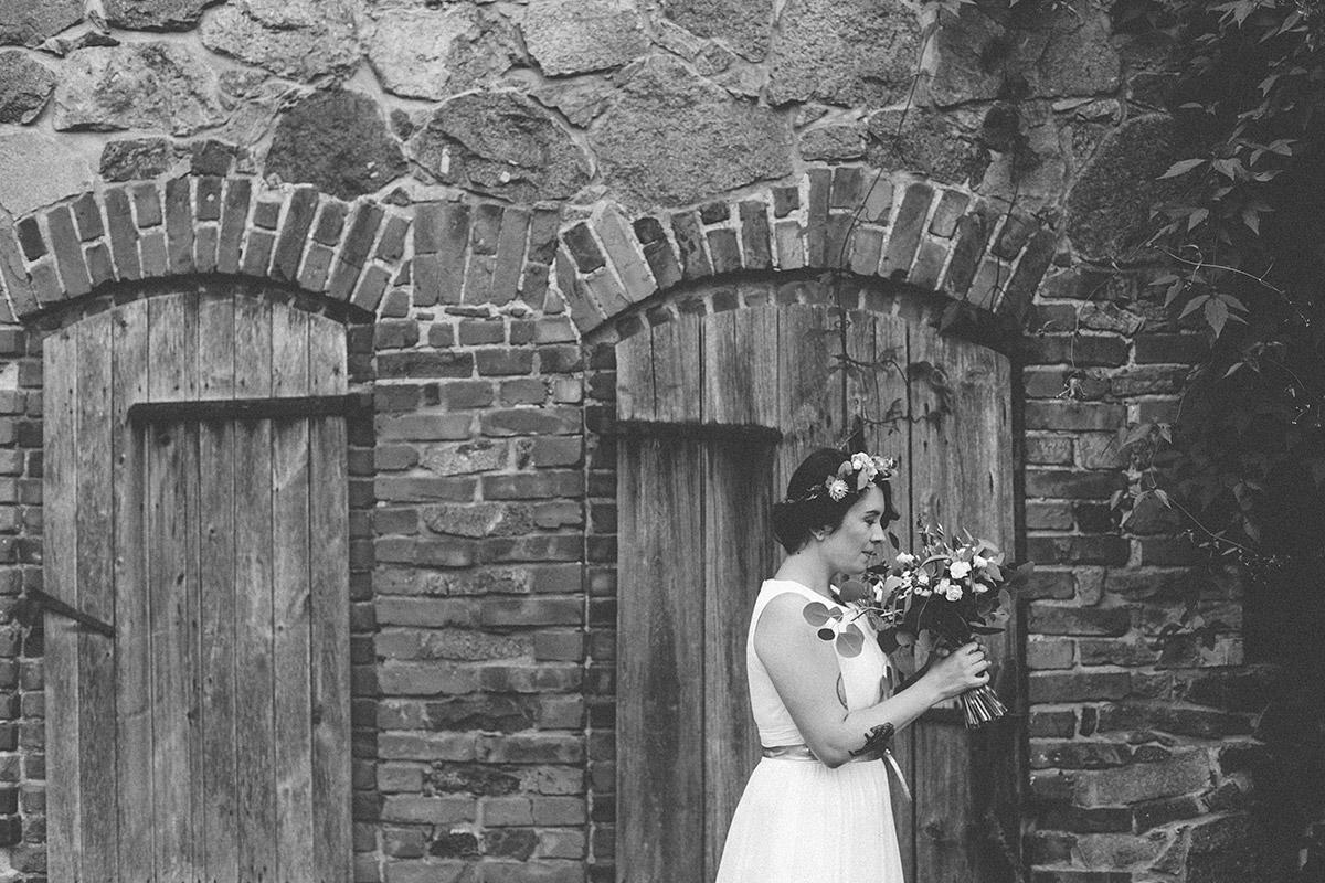 Hochzeitsfoto der Braut vor Scheune bei sommerlicher Landhochzeit in Brandenburg © Hochzeitsfotograf Berlin www.hochzeitslicht.de
