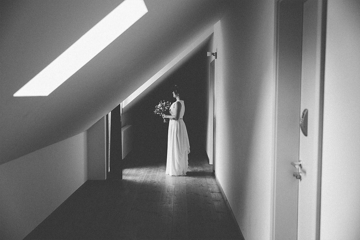 modernes Hochzeitsfoto von Braut mit Brautstrauß bei Boho-Scheunenhochzeit in Ferienscheune Barnimer Feldmark bei Berlin © Hochzeitsfotograf Berlin www.hochzeitslicht.de