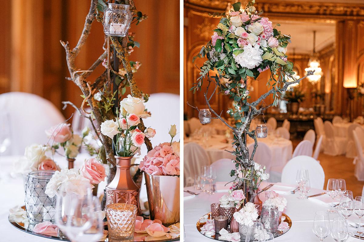 Hochzeitsfotos von Tischdekoration mit pastellfarbenen Rosen und Ästen im Festsaal bei Hochzeit im Patrick Hellmann Schlosshotel Berlin Grunewald © Hochzeit Berlin www.hochzeitslicht.de