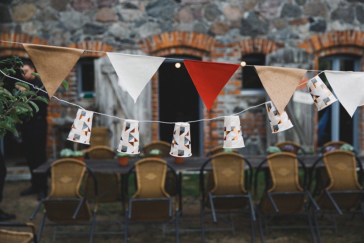 Hochzeitsreportage-Foto bei regnerischem Wetter während Landhochzeit in Ferienscheune Barnimer Feldmark Brandenburg © Hochzeitsfotograf Berlin www.hochzeitslicht.de